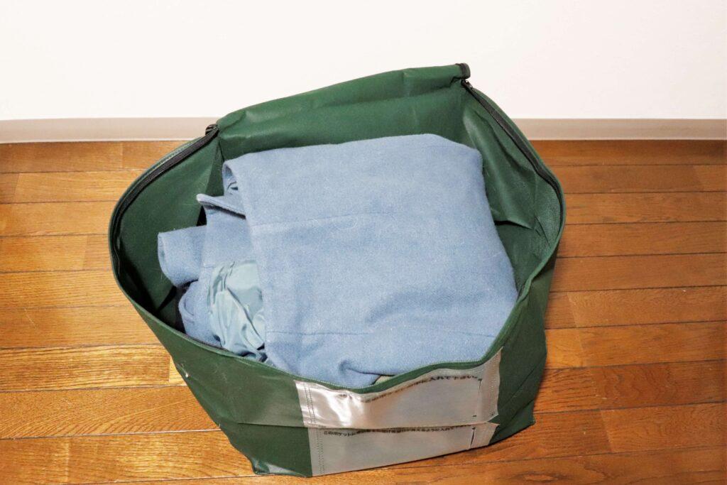 集荷袋に洋服を入れます