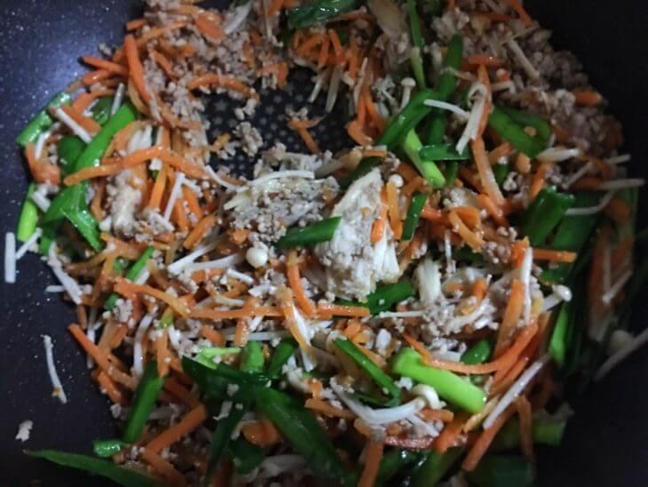 ジューシーそぼろと野菜のビビンバ・豆腐の韓国風スープの調理過程