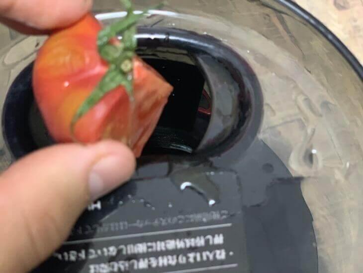 トマトも葉ごと入れる