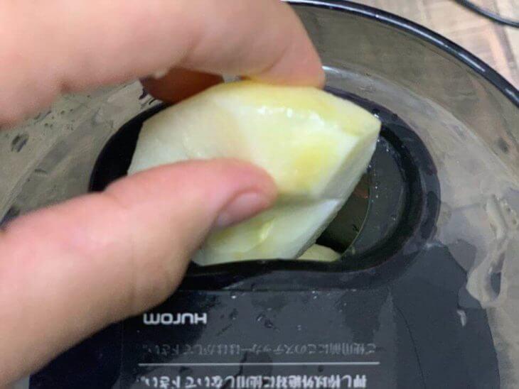 りんごは皮を剥いて使用する