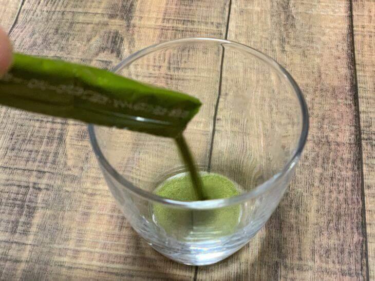 ふるさと青汁をコップに注ぐ