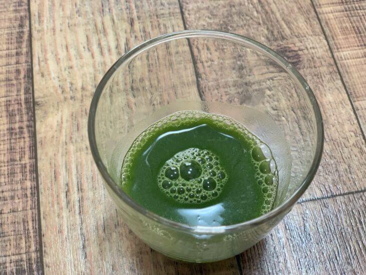 極の青汁をコップに注ぎ水で混ぜた後