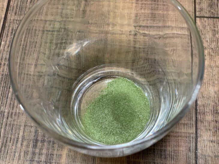 美味しい?まずい?すっきりフルーツ青汁をコップに注いで味を確認!
