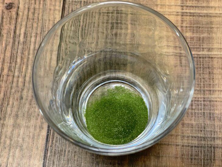 コップに青汁粉を出してみます!味は美味しい?まずい?