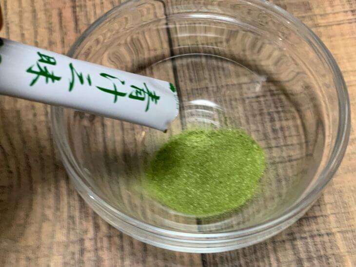 青汁三昧の粉をコップに注ぐ