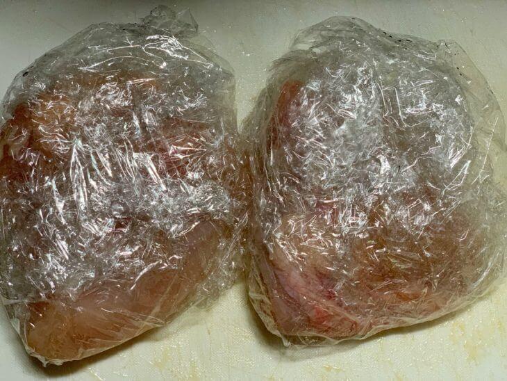 鶏の胸肉をラップに包んでボイル