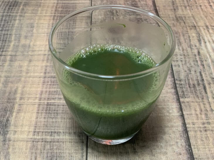朝のフルーツ青汁に水を注ぐ