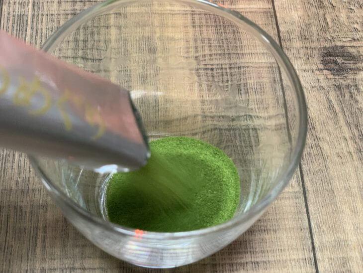 青汁粉をコップに出す