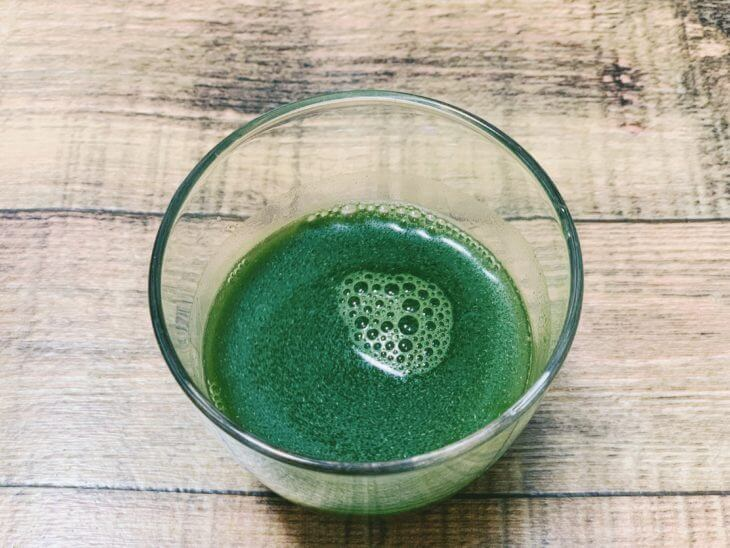 コップに水を入れる。綺麗な緑色